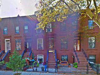 1b Brownstone Gem steps to train and Manhattan, Nova York