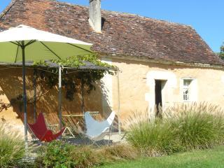 Maison perigourdine en pierres, accès à la piscine