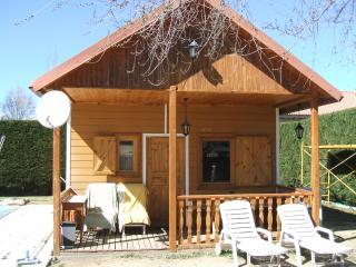 casa de madera con piscina