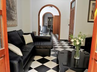 1 Bed Apt next to Cathedral - close to everything!