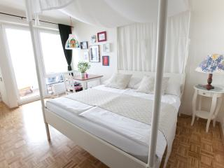Design Apartment Karlsplatz (white) with Balcony, Viena