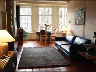 Gorgeous duplex in 17th-Century canal house