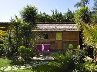 Cabane écologique en bois terrasse et végétation, Bidart