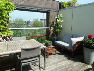 Comfortable house, great harbour view and parking!, Ámsterdam