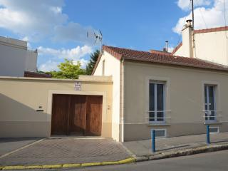 100m2 House w/parking. 5m to Paris Close to Metro