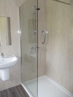 Glen Houses Mull, Chalet 2, bathroom with level access shower.