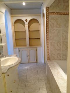 Salle de bain menuisée avec grande penderie murale en suite et porte des WC indépendants