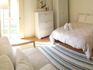 Central Duplex but Quiet, charming & full of light, Porto
