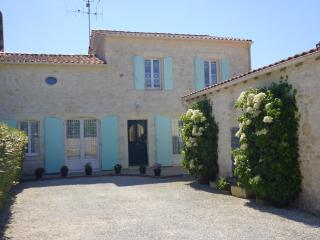 Maison charentaise cour/parking et  jardin clos 150m2, Saint Quantin de Rancanne