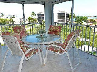 Inviting condo w/ heated pool & short walk to South Beach