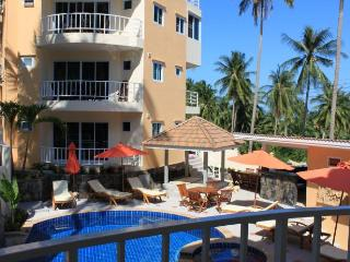 Appartement avec balcon et vue piscine
