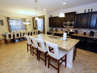Beautiful 6 Bed Pool Home, only 5 miles to Disney!, Kissimmee