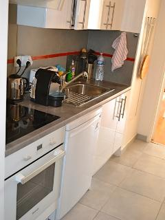 Cuisine équipée (plaque chauffante-four-micro-ondes-réfrigérateur congélateur-cafetière nespresso