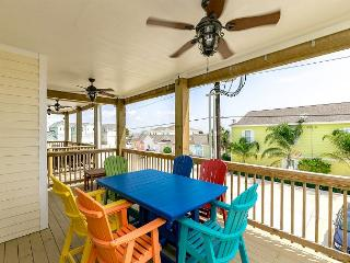 New Construction! Roomy Deck and Shared Pool in Port A, Port Aransas