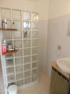 Salle d'eau près des 2 chambres avec lit en 160 cm, les toilettes sont séparées.