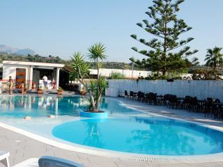 Villa nel verde 2+2.Terrazza, piscina e mare
