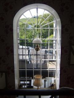 σκάλες τοξωτό παράθυρο