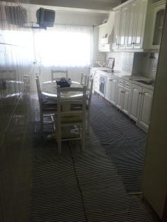 Cozinha com janela e varanda