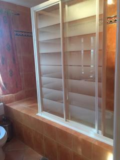 Ensuite bathroom - Bedroom 2 (bathtub)