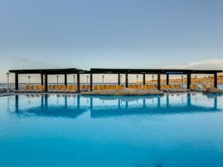 Apt 1 B/R seaside in luxury hotel 4* spa pool wifi