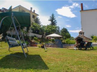 Romantic House with garden view, Zbandaj