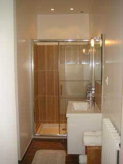 Salle de bain : douche 120 cm. WC Shower (bathroom)