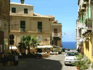 Lovely studio in historic town center by the sea, Tropea