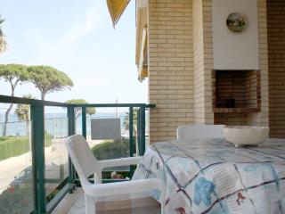 Una terraza enorme y a 5 metros de la playa!, Cambrils