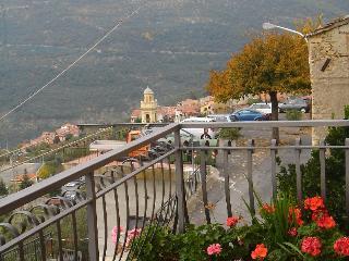 Casa con terrazzo panoramico nell'entroterra ligure