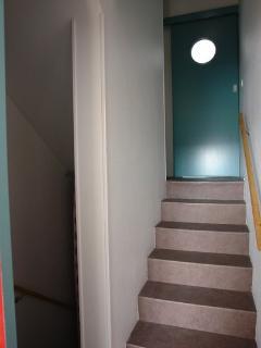 détail escalier intérieur avec porte coulissante chambre2