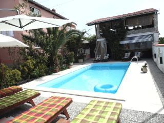 Wohnung mit Pool, Terrasse und Garten EDVIN