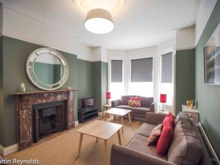 Elegant Townhouse - Queens Quarter, Belfast