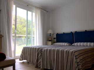 Estudio con dos camas individuales, terraza y baño, Port de San Miguel