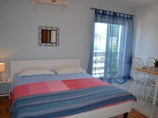 Apartment near the beach A-2, Preko