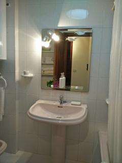 Bathroom/Cuarto de baño
