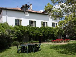 Grande maison  dans un village du Pays Basque