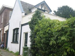 Charming Coach House Near City & Beach, Den Haag