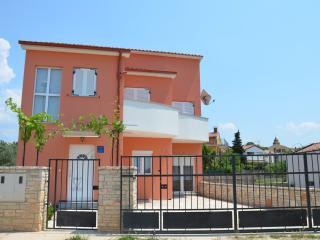 Holiday house with pool, 500m from the sea
