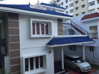 three bed , 24 h security , pool, children's park., Ernakulam