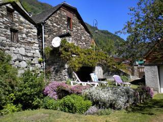 Bergerie independante avec terrasse, jardin et garage. Vue panoramique.