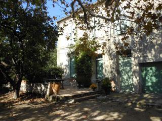 mas provençal en pierres, 6 mn d'Avignon, campagne
