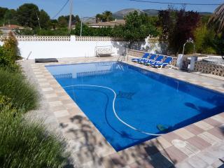 Casa Rural Torres.  Chalet. con Piscina Privada en verano., Castalla