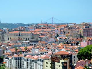 Duplex with garden & views of old town in Graça, Lissabon
