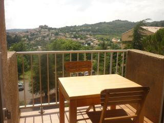 studio belle vue avec balcon ensoleillé, Greoux les Bains