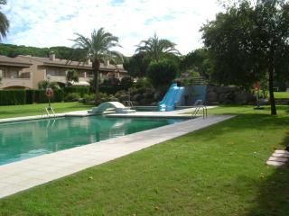 Apartamento con piscinas y pista de tenis
