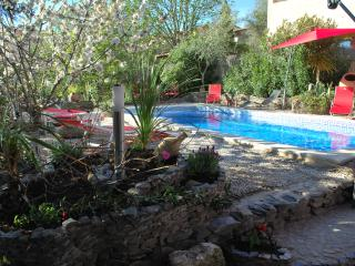 T2  bord de  piscine  parking a 15 mn mer