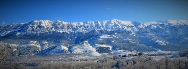 vista invernale sulle splendide montagne abruzzesi - località sciistiche raggiungibili in 40 minuti