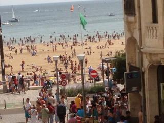 Studio 50m centre grande plage, vue laterale mer, tout  a pied, rues pietonnes,