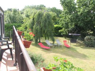 Rural views, big gardens, pet-friendly family home, Fontenay-le-Comte