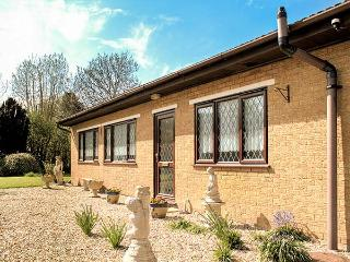 LONG ACRES, pet friendly, country holiday cottage, with a garden in Old Leake, R